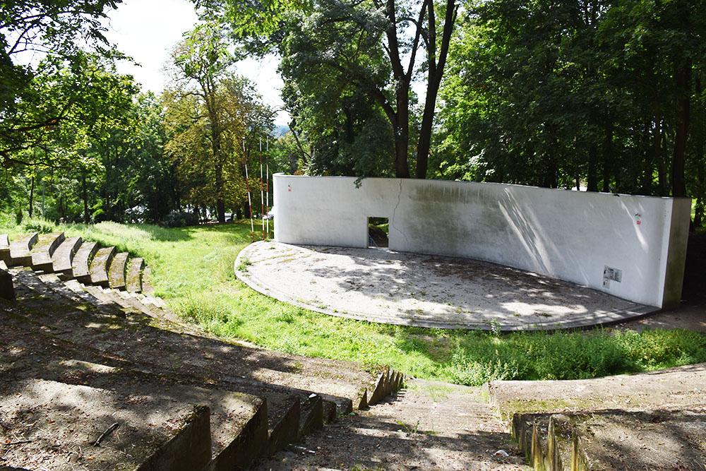 Amfiteatr schodzi na dalszy plan