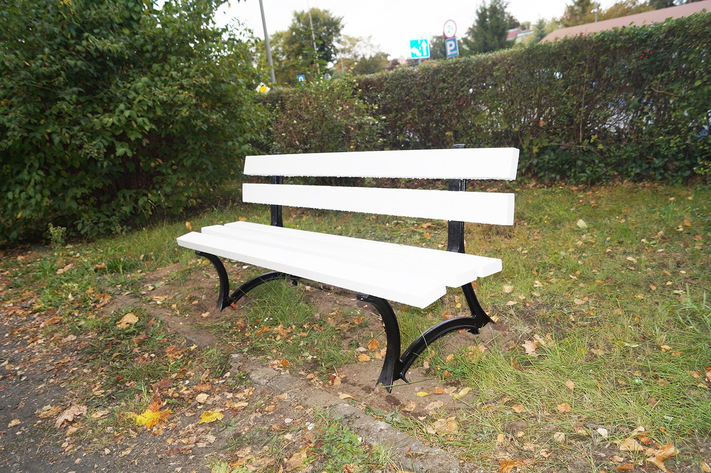 Białe ławki, a w parku bajzel